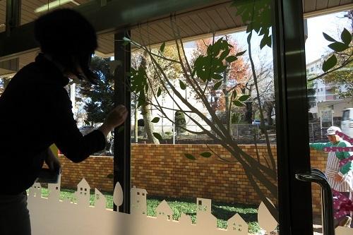 窓をかく長谷川さん