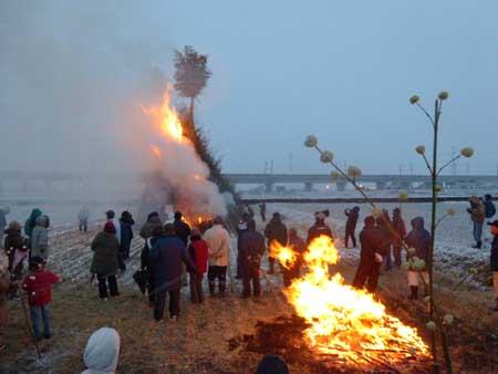 どんど焼き櫓も燃え上がり