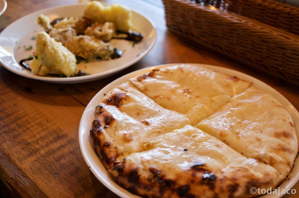 チーズナンと「オイスターとカリフラワーのフリットMPCスタイル」