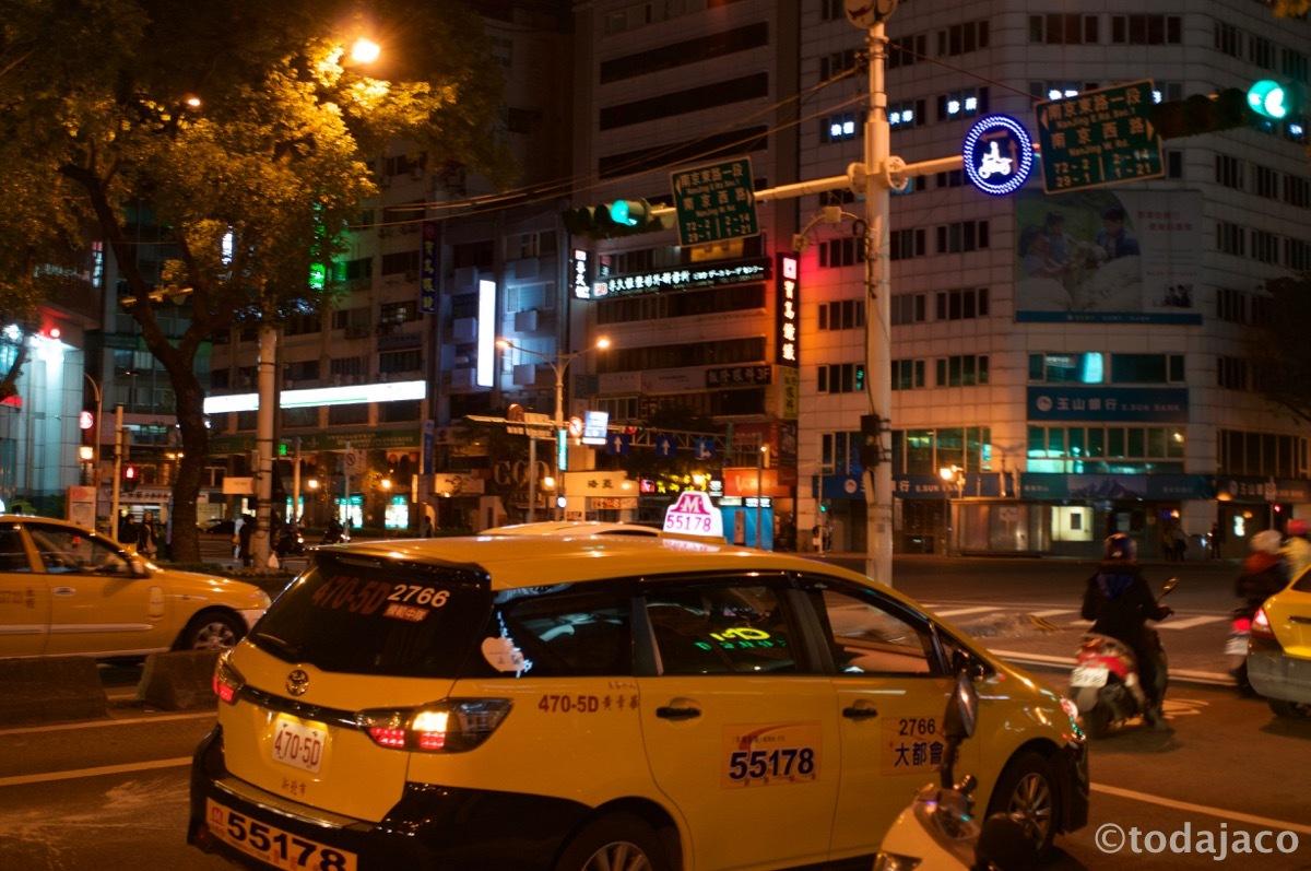 中山の南京東路と中山北路の交差点でバスを降りる
