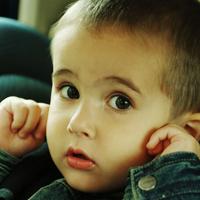 耳を塞ぐ少年2