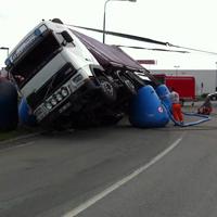 倒れたトラック