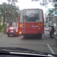 バスの後ろの車