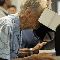 視力検査中