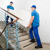 階段で荷物を運ぶ