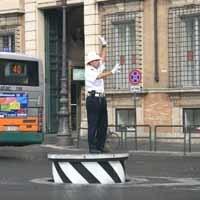 台の上の警官