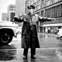 手信号を行う警官