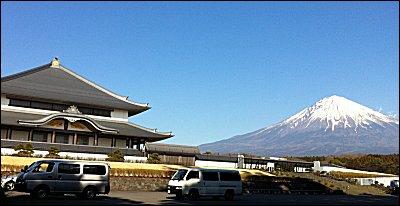 奉安堂と富士山