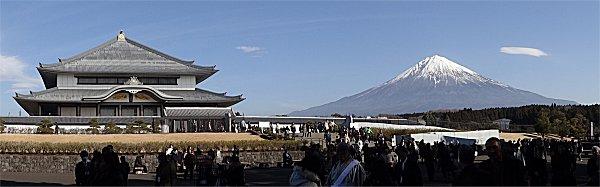 奉安堂と富士山_投稿