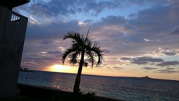 夕日と伊江島と