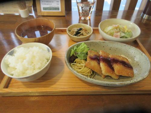 日替定食(豚肉のチーズ入カツ、白菜のベーコン煮)
