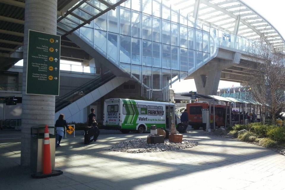 YVR シャトルバス乗り場