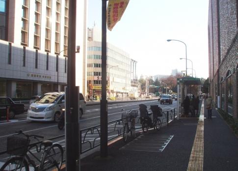 PC09002外苑西通り:信濃町駅前