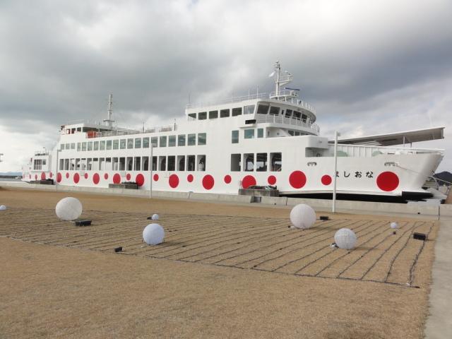 2016年12月15日 直島 赤い水玉模様のフェリー