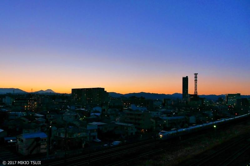 0105 マジックアワーのシルエット富士とスーパーあずさ (東京都 八王子市)