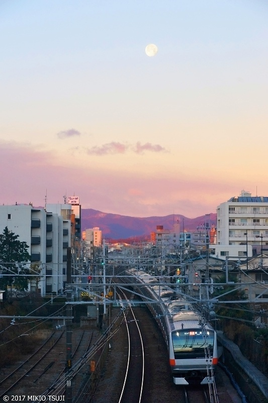 絶景探しの旅 - 0102 月と東に向かう朝 (東京都 八王子市)