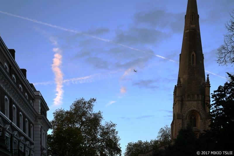 0108 飛行機雲いっぱいの空 (ロンドン/ケンジントン・アンド・チェルシー王立区)