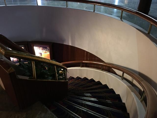 地下への階段途中アンバサダーホテル