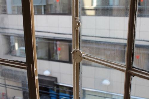0186:伏見ビル 窓についた金具