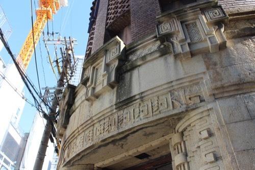 0189:芝川ビル 入口の復元レリーフ