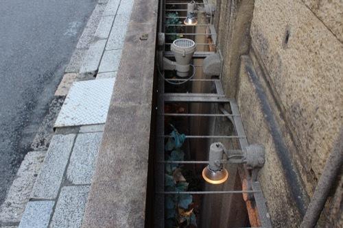 0189:芝川ビル 手前に設けられた半地下空間