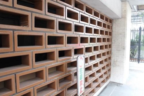 0190:綿業会館 新館1階の橙色四角ブロック