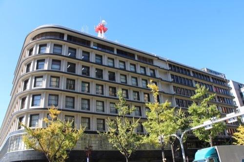 0192:大阪ガスビル 南側の交差点よりファサードを見る
