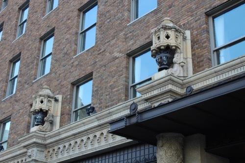 0196:ダイビル本館 庇より上部分の装飾②