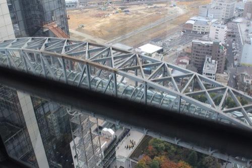 0200:梅田スカイビル 空中廊下をエレベーターから