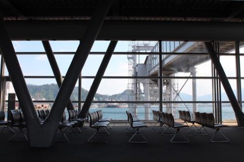 0207:新日本海敦賀ターミナル 待合スペースから敦賀湾を見る