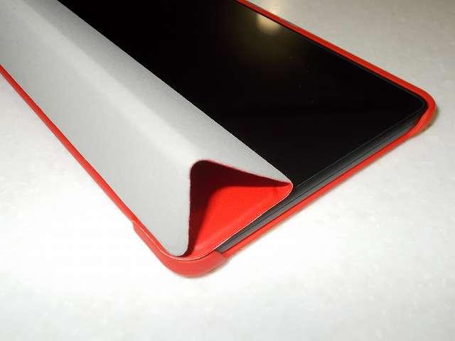 Amazon Fire タブレット 8GB 第5世代 2015 を装着した Fire 7 2015 ケース ATiC Amazon Fire 7 2015(第五世代) タブレット専用開閉式三つ折薄型スタンドケース レッド、ふたを三つ折にしたところ