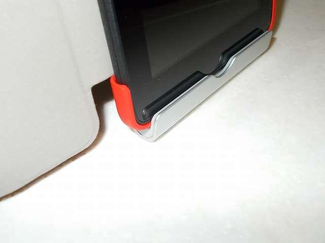 Amazon Fire タブレット 8GB 第5世代 2015 を装着した Fire 7 2015 ケース ATiC Amazon Fire 7 2015(第五世代) タブレット専用開閉式三つ折薄型スタンドケース レッド のふたを開けた状態で 、Anker Multi-Angle Stand タブレット用スタンド 77ANSTAND-SA Silver 溝部分にセットしたところ。ふたの厚みがなくなった分、溝部分にすっぽりセットできる