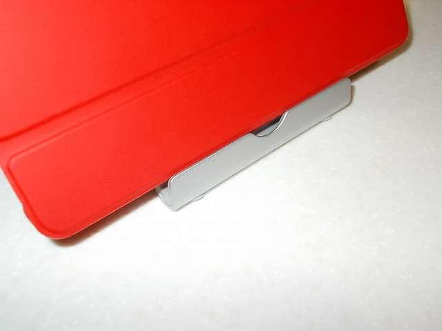 Amazon Fire タブレット 8GB 第5世代 2015 を装着した Fire 7 2015 ケース ATiC Amazon Fire 7 2015(第五世代) タブレット専用開閉式三つ折薄型スタンドケース レッド を横方向にして、Anker Multi-Angle Stand タブレット用スタンド 77ANSTAND-SA Silver 溝部分にセットしたところ。厚みがあるため奥までセットできない状態