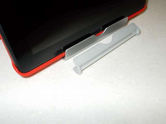 Anker Multi-Angle Stand タブレット用スタンド 77ANSTAND-SA Silver 溝部分の滑り止めゴムを外した状態で、Amazon Fire タブレット 8GB 第5世代 2015 を装着した Fire 7 2015 ケース ATiC Amazon Fire 7 2015(第五世代) タブレット専用開閉式三つ折薄型スタンドケース レッド を横方向にしてセットしたところ。滑り止めゴムを外したため溝部分にすっぽりセットできる
