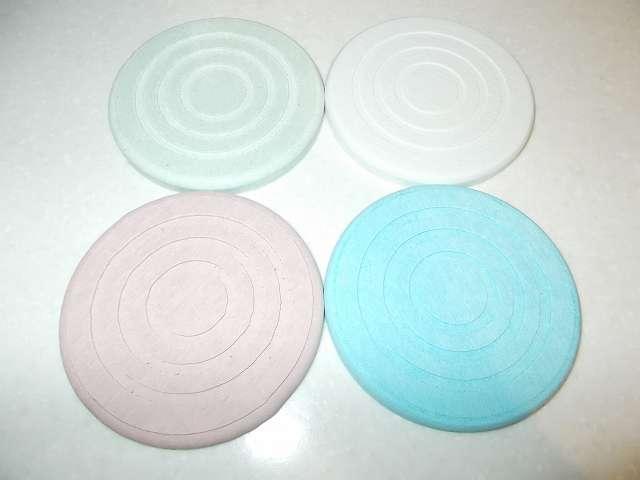 珪藻土コースター 丸型 開封、カラー:レッド、グリーン、ホワイト、ブルー