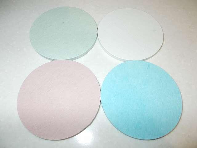 珪藻土コースター 丸型 開封、カラー:レッド、グリーン、ホワイト、ブルー 裏面