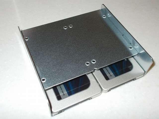 長尾製作所 SSD シェアハウス SS-NMT502 マウンタ本体に Crucial Micron SSD MX300 525GB 3D TLC NAND 3年保証 CT525MX300SSD1 取り付けた後、外したトレイを元の場所に取り付け
