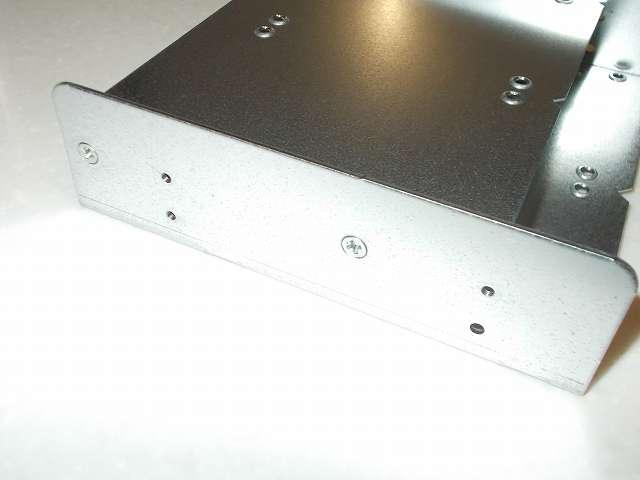 長尾製作所 SSD シェアハウス SS-NMT502 マウンタ本体側面側とトレイ固定皿ネジ