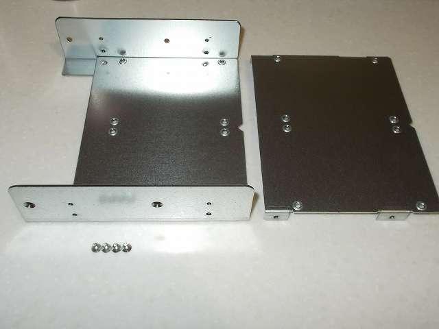 長尾製作所 SSD シェアハウス SS-NMT502 マウンタ本体側面側のトレイ固定皿ネジを外して、トレイを取り出したところ