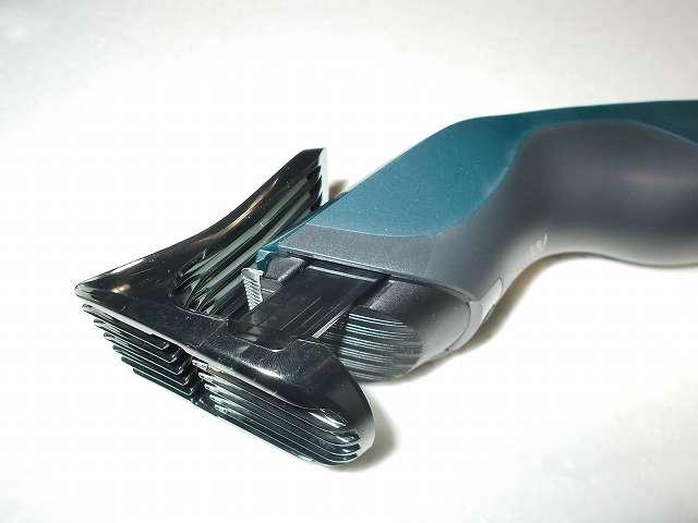 フィリップス 電動バリカン ヘアーカッター 交流式 HC3402/15 コームを本体の両側の溝に沿って、カチッと音がするまで装着