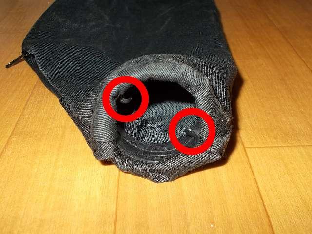 三共 CUSTOM KOBO MBC-500C パワーアップブロアー 550W 25-821 ダストバッグ内部凸部、ダストバッグの装着方法は内部凸部(画像赤丸2ヶ所)をブロアー本体送風受け口の溝(画像赤矢印2ヶ所)に合わせて差し込み、ダストバッグを回して固定する