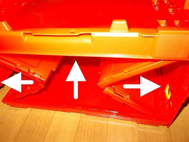トラスコ中山 TRUSCO TR-C50B 薄型折りたたみコンテナ 50L ロックフタ付 レッド 組立、コンテナの端の部分を持ち上げて折り畳み式側面板を固定する