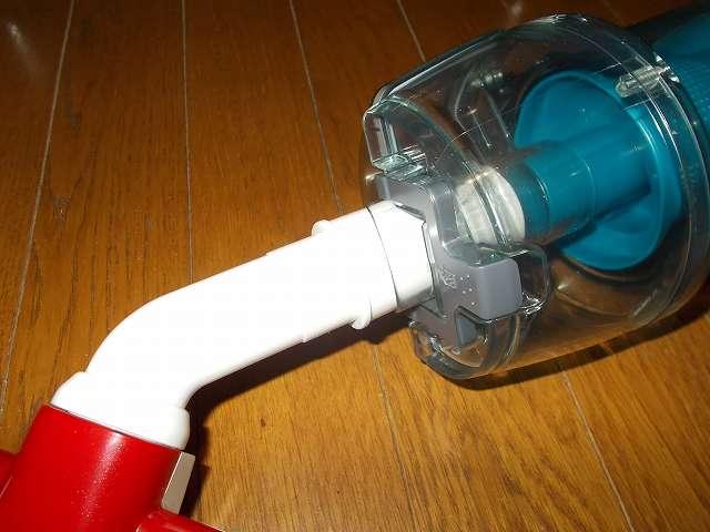 ツインバード TWINBIRD サイクロンスティック型クリーナー ホワイト TC-EA17W 継ぎ手パイプ(浅い溝あり)を取り付けたアイワ ふとん専用ダニクリーン ウェーブローラーを掃除機本体に装着
