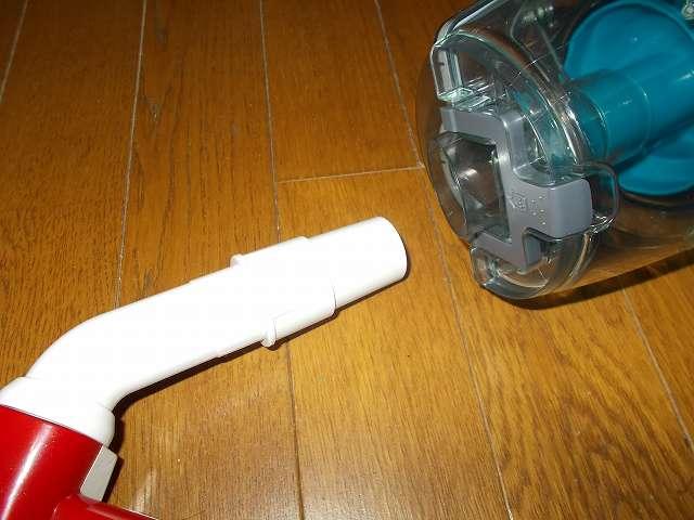 ツインバード TWINBIRD サイクロンスティック型クリーナー ホワイト TC-EA17W 継ぎ手パイプ(深い溝あり)を取り付けたアイワ ふとん専用ダニクリーン ウェーブローラーを掃除機本体に装着