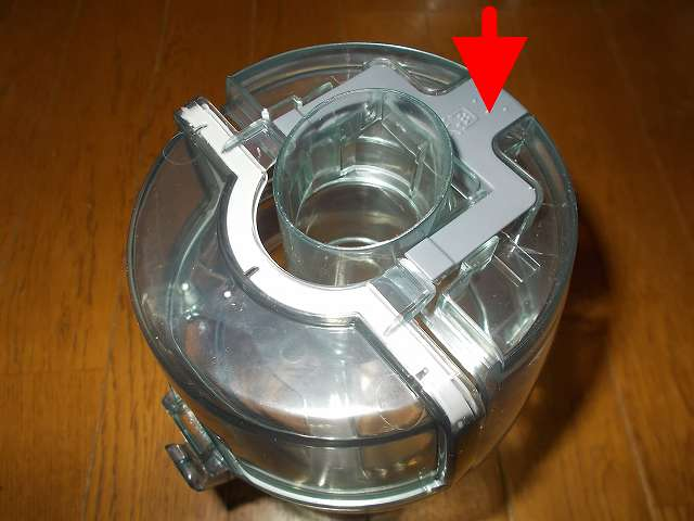 ツインバード TWINBIRD サイクロンスティック型クリーナー ホワイト TC-EA17W、ダストケース ダストケースフタ ゴミ捨てボタンを押してダストケースフタを開ける