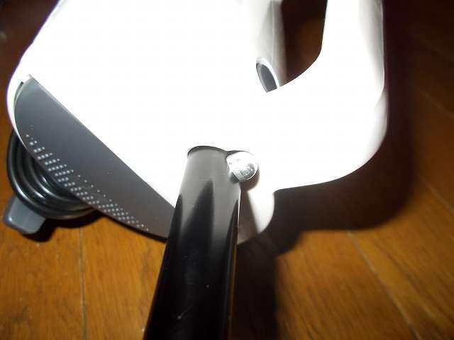 ツインバード TWINBIRD サイクロンスティック型クリーナー ホワイト TC-EA17W、掃除機本体にパイプを取り付け、パイプの凸を掃除機本体の穴に合わせ、パイプ反対側の凸部分を押しながら本体へ差し込む