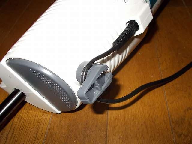 ツインバード TWINBIRD サイクロンスティック型クリーナー ホワイト TC-EA17W、回転コードフック 電源コード収納時にはここから先に巻き付ける
