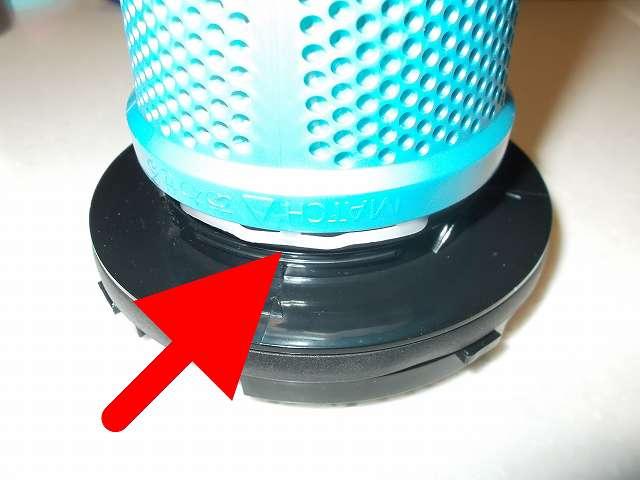 ツインバード TWINBIRD ハンディークリーナー ハンディージェットサイクロン EX HC-EB51GY のプリーツフィルターとアウターフィルターの間に、マキタ 高性能フィルター A-58207 を装着したところ。マキタ 高性能フィルター A-58207 の輪の部分にある白いプラスチックがあるため、アウターフィルターを装着することができない