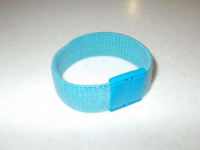 カラー織ゴムをカットしてゴムパッチンを取り付け。カラー織ゴムは伸縮できるので、マキタ 高性能フィルター A-58207 の輪の長さより短めにする