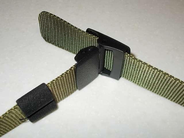 ウィベルタ WIBERTA ナイロンベルト フリーサイズ グリーン 樹脂製バックルにベルトを通したところ(ベルト装着視点)、バックルとベルトがくの字状態になるため革ベルトのバックルにベルトを通す感じ